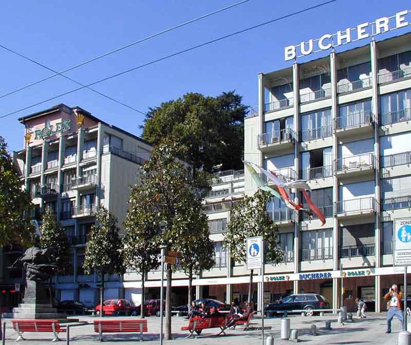 Edificio con negozi e appartamenti